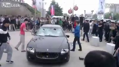 Chino destruye su auto de 400 mil dólares. VIDEO