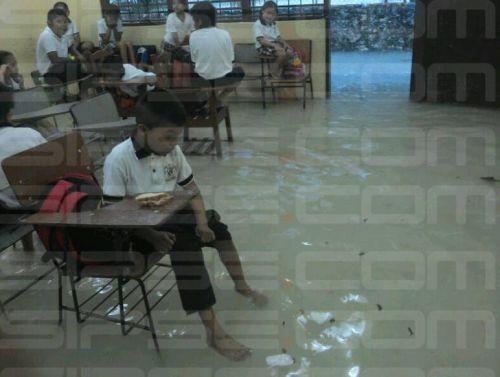 Niños de preescolar de Cancún toman clases en aulas inundadas ...